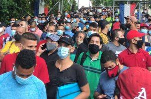 Desde las 3:00 a.m. aseguran los residentes que estaban esperando afuera de la escuela Puerto Rico.