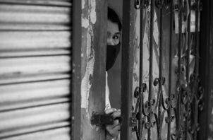 """La masa del confinamiento se distingue por el símbolo que lleva en su frente, """"sin salvoconducto"""". Foto: EFE."""