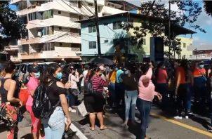 Cerraron la calle para exigir el bono solidario.
