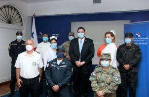 El ministro de Seguridad Pública, Juan Manuel Pino y el titular de Salud, Luis Francisco Sucre, firmaron la carta de entendimiento. Fotos: Cortesía.