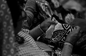 Los gunas se han organizado para realizar actividades vendiendo sus artesanías y promoviendo el uso de la mascarilla. Foto: Archivo.