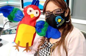 La maestra Kathya Sarina Miranda dicta la clases televisada de Español a nivel nacional. Foto Cortesía
