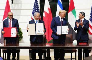 El primer ministro israelí Benjamín Natanyahu (I), el presidente de EE.UU., Donald Trump (C), y el primer ministro de Esteriores de Emiratos Árabes Unidos, Abdulá bin Zayed al Nahyan, durante la firma del acuerdo en la Casa Blanca, Washington. Foto. EFE.