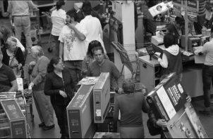 """Consumismo como una tendencia """"que nos empuja a adquirir más y más cosas"""", la cual """"tiene graves consecuencias para la salud del planeta y la nuestra"""". Foto: Archivo."""