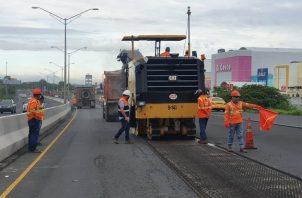 Entre los trabajos que se realizan están la repavimentación de la vía, escarificación de carpeta asfáltica y construcción de barreras jersey.