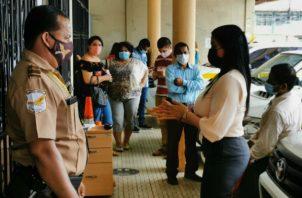 En la #ProvinciasPA Estas personas exigen a la ASEP que se busque una solución al problema que a diario enfrentan ante los daños frecuentes de los equipos de línea blanca y la pérdida de alimentos en los hogares. https://www.panamaamerica.com.pa/provincias/protestan-en-oficina-regional-de-la-asep-en-santiago-se-quejan-de-los-constantes-apagon-1estuvo presente la diputada Fátima Agrazal de Cambio Democrático (CD). Foto: Melquíades Vásquez.