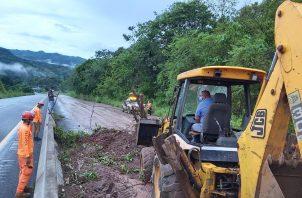 Los funcionarios de MOP, trabajaron por varias horas en el lugar para remover el lodo, árboles, rocas y escombros que se encontraban en ambos lados de la vía.@Sinaproc_Panamá