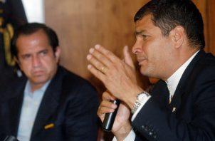 El juez ordenó también que se elimine la pensión vitalicia que recibían Correa (der.) y Glas, en calidad de exmandatarios. Foto: EFE/Archivo.