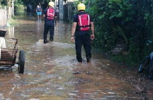 Del lado de Chitré, se informó que una residencia, en la que habitaban cinco adultos, se vio afectada y a que el agua subió hasta la altura de las ventanas, provocando la pérdida total de los enseres de los habitantes,