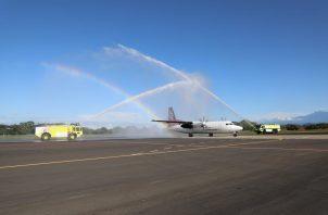 El gerente general de Tocumen S.A., Raffoul Arab, junto al Gobernador de la provincia, Juan Carlos Muñoz, dieron la bienvenida a los pasajeros, además del tradicional baño de las aeronaves que marca el reinicio de operaciones. FOTO/MAYRA MADRID