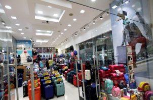 El 80% de los comercios reabrieron sus puertas de manera presencial. Foto/EFE