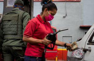 El presidente Nicolás Maduro afirmó que PDVSA ha recuperado dos refinerías y que esperaba la pronta normalización del suministro de gasolina. Foto: EFE.