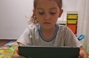 Lo coherente es que los niños de 3 a 5 años usen los dispositivos electrónicos un máximo de 30 minutos diarios. EFE