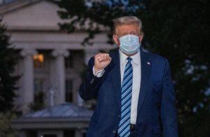 El presidente Donald Trump, mantendrá vigilancia médica las 24 horas del día, ya que los médicos aseguran que no está fuera de peligro. FOTO/EFE