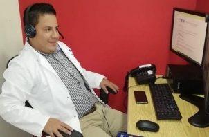 Carlos Manuel Mendoza logró con mucho esfuerzo graduarse de médico.