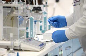 Joan Pons, residente en el Reino Unido, explicó que comenzó a sentirse mal el jueves, con los síntomas clásicos de un resfriado, pero que al someterse a la prueba PCR se sorprendió hoy al ver que éste era positivo. FOTO/EFE