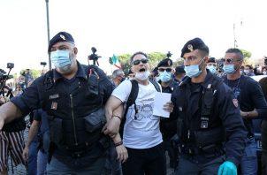 """Han portado banderas de Italia y pancartas con mensajes como """"defendemos la Constitución"""" o """"Por nuestros hijos, por la libertad y por la democracia"""". FOTO/EFE"""