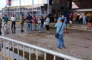 Unidades del Servicio Nacional de Fronteras se mantienen apostados en la línea fronteriza de Paso Canoas cerca a la Aduana Panameña para evitar que de darse la apertura de la vía se registre algún tipo de incidente.