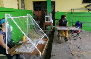 En el distrito de La Chorrera en donde se concentran 1,195 billeteros, estos han debido confeccionar mamparas y otros dispositivos para su protección. FOTO/ERIC MONTENEGRO