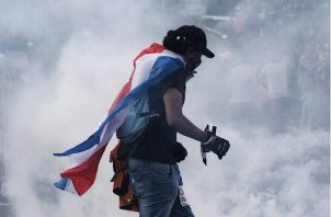 La Policía permitió que los manifestantes llegaran este lunes hasta el frente de la Casa Presidencial como suele suceder cuando hay este tipo de movimientos, y colocó barreras metálicas para formar un perímetro custodiado por los agentes.