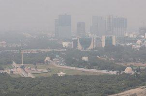 La contaminación del aire generalmente empeora en Nueva Delhi y otras ciudades de la India durante los meses más fríos de octubre a febrero, pero este año el país se enfrenta al problema en medio de la pandemia del coronavirus, una enfermedad que puede provocar la infección de las vías respiratorias.