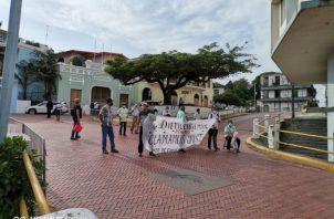 Miembros del Comité de Víctimasy Familiares por el dietilenglicol no solo acudieron a la Presidencia de la República, sino tambiéna las gobernaciones en diferentes partes del interior del país a protestar.