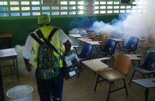 Meduca realiza operativos de limpieza en los colegios.