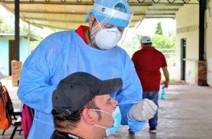 El Ministerio de Salud realiza pruebas rápidas de la COVID-19.