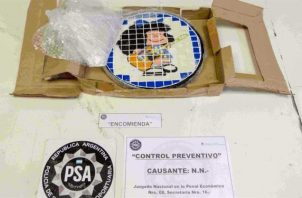"""Los agentes advirtieron que había cocaína """"hábilmente escondida"""" en pequeños compartimentos que se disfrazaban de azulejos, incautando un total de 314 gramos de cocaína. FOTO/EFE"""