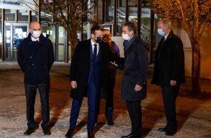 El presidente Emmanuel Macron se desplazó a Conflans-Sainte-Honorine, donde enseñaba la víctima y ocurrió el asesinato, para reunirse con sus compañeros y mostrar su respaldo a la comunidad educativa. FOTO/EFE