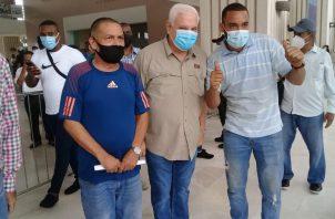 Ricardo Martinelli junto a simpatizantes ayer en el TE. Archivo