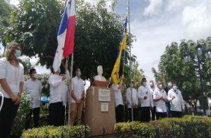 Los actos finalizaron con la izada de las banderas del distrito de Chitré y de la República de Panamá en el parque Unión. Foto: Thays Domínguez