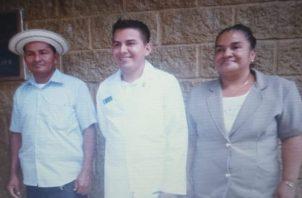Carlos Mendoza, junto a sus padres, el día de la misa de blanco.