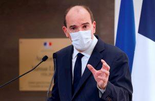 """El titular de Sanidad, Olivier Véran, admitió que aunque el virus circula más lento que en primavera, lo hace pese a todo a una velocidad """"alarmante""""."""