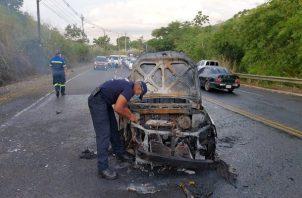 El Cuerpo de bomberos de Colón se trasladó al lugar, para apagar el fuego que envolvió al taxi, que resultó en pérdida total. Foto: Diomedes Sánchez