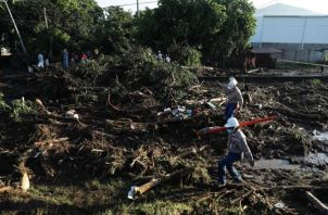 Rescatistas trabajan en la zona donde se presentó un deslizamiento que, según datos preliminares, habría causado la muerte a por lo menos ocho personas, en Nejapa, El Salvador. Foto:EFE