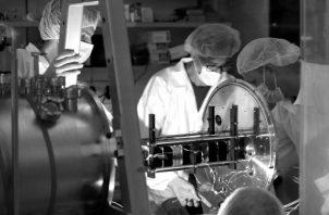 Investigadores y estudiantes de la Universidad de Tel Aviv, han creado un nanosatélite que estudiará la radiación cósmica. Aunque el hombre ha llegado a dominar el mundo, todavía le queda el dominio sobre su persona. Foto: EFE.
