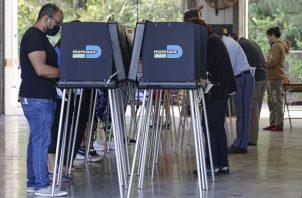 De los más de 9 millones de personas que habían votado hasta hoy por correo y por adelantado en Florida, 4.7 millones usaron la primera de esas modalidades, que sigue abierta hasta el cierre de los colegios electorales. Foto: EFE
