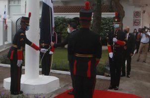 El vicepresidente José Gabriel Carrizo izó la Bandera Nacional. Foto: Víctor Arosemena
