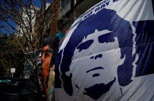 A PLATA (ARGENTINA), 03/11/2020.- Seguidores despliegan pancartas frente a la clínica donde permanece internado el exfutbolista argentino Diego Maradona. Foto:EFE