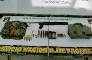Una empuñadura y culata plegable estaban entre los pertrechos encontrados en Chepo. Foto: Cortesía.