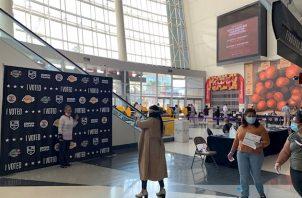 """""""He conducido 40 minutos para votar aquí, toda mi familia es de los Lakers y es una experiencia"""", asegura Kevin, enfundado en una camiseta con el nombre de Kobe Bryant en la espalda."""