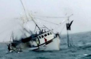 """Cinco pescadores que iban a bordo de la embarcación """"Don Chicho"""", a unas 10 millas de la isla Taboga, fueron rescatados, luego de que un fuerte oleaje los afectara y hundiera el bote."""
