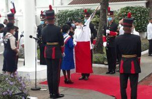 El vicepresidente José Gabriel Carrizo entrega el Pabellón Nacional a las Muchachas Guías. Foto: Víctor Arosemena
