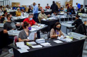 Las papeletas de voto ausente son procesadas y verificadas por el Departamento de Elecciones y Registro del Condado de Fulton en el State Farm Arena de Atlanta, Georgia.