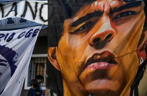 Con carteles, hinchas de Diego Maradona , muestran su apoyo. Foto:EFE