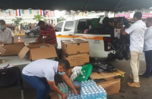Voluntarios municipales empacan las donaciones para ser enviadas a los lugares con afectaciones. Foto: Melquiades Vásquez.