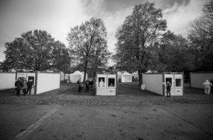 Centro de pruebas masivas en Eslovaquia. A dos tercios de la población se le aplicaron las pruebas, a la cual se le aisló en cuarentena para evitar el contagio al resto de la población. Foto: EFE.
