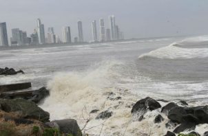 Varias áreas costeras presentarán oleajes y fuertes vientos, según el Sinaproc.
