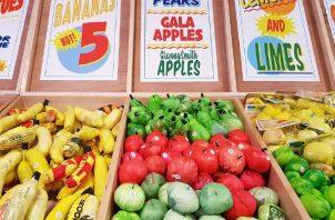 Vista de frutas y verduras hechas con bolsas de plástico, en la plaza de Times Square, en Nueva York.